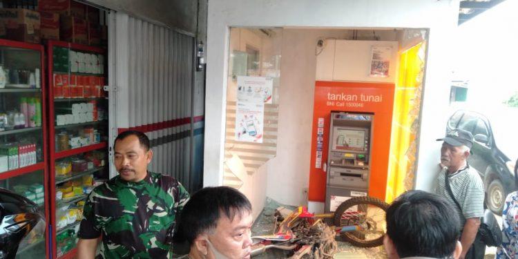 2 Motor Trail menyungsep ke tempat ATM di Baturaja.